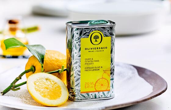 「オリーブオイル&フレッシュレモン」 オリーブの実とフレッシュなレモンを皮ごと一緒に石臼ですり潰し、同時に圧搾したフレーバータイプのオリーブオイルです。サラダやカルパッチョ、魚料理と合わせてお試しください。
