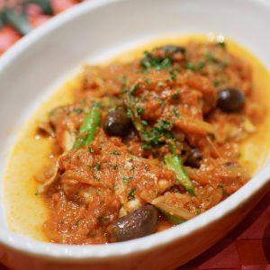 チキンとオリーブのトマト煮 (ズッキーニと山羊のペーストを使って)