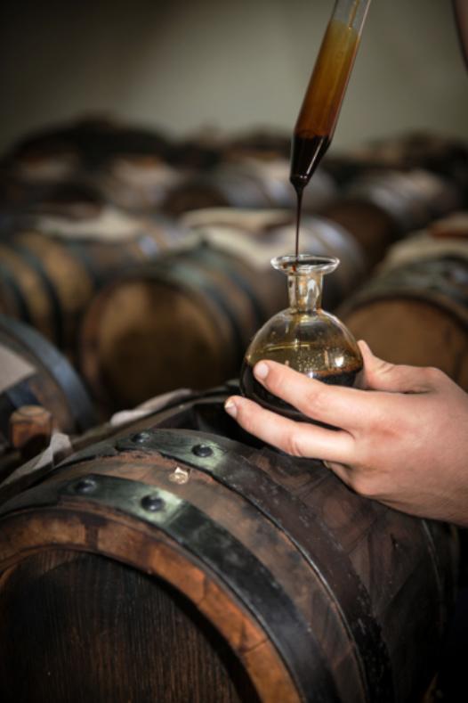 煮詰められたブドウ搾汁は、木樽で長い年月をかけて熟成されます。出来上がったバルサミコビネガーは芳醇な香りをまといます。