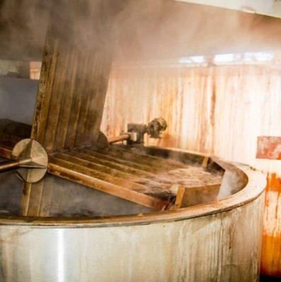 採れたてのブドウを12時間かけて低温で煮詰め、ブドウ搾汁にします。
