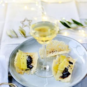 パルメザンチーズチップス コンテチーズとイチジクコンフィ添えーワインのおつまみにおすすめ
