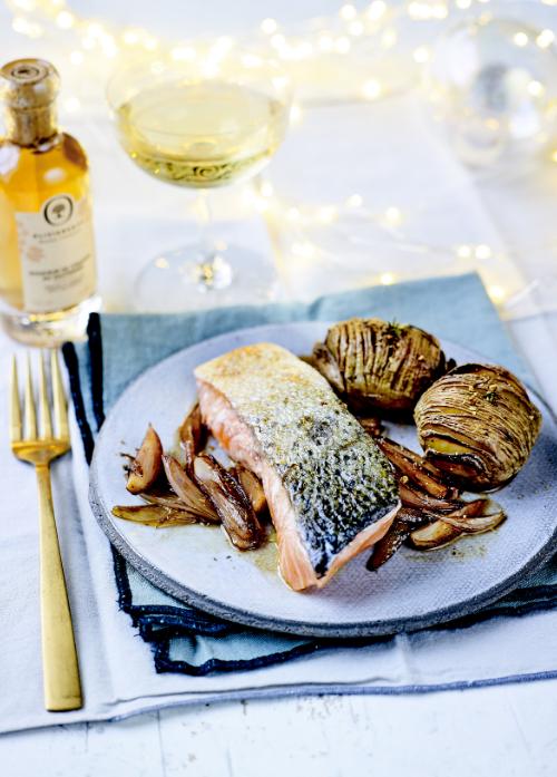 サーモンステーキとハッセルボックポテトー特別な日のディナーにオリーブオイルやビネガーを使って、本格的な味わいをご家庭で。