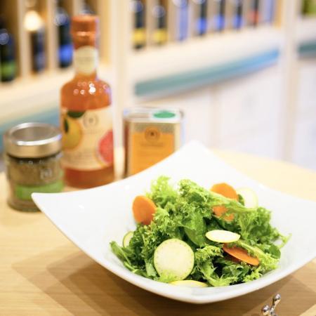 シンプルなグリーンサラダに、マンダリンオイルとピンクグレープフルーツビネガーを合わせると美味。