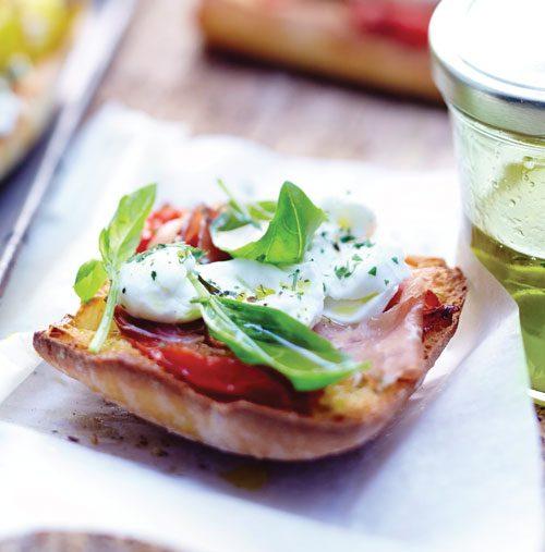イタリアの前菜「クロスティーニ」。フランスパンに野菜・ハム・チーズを合わせて仕上げにはエキストラバージンオリーブオイルを合わせていただくのがおすすめです。