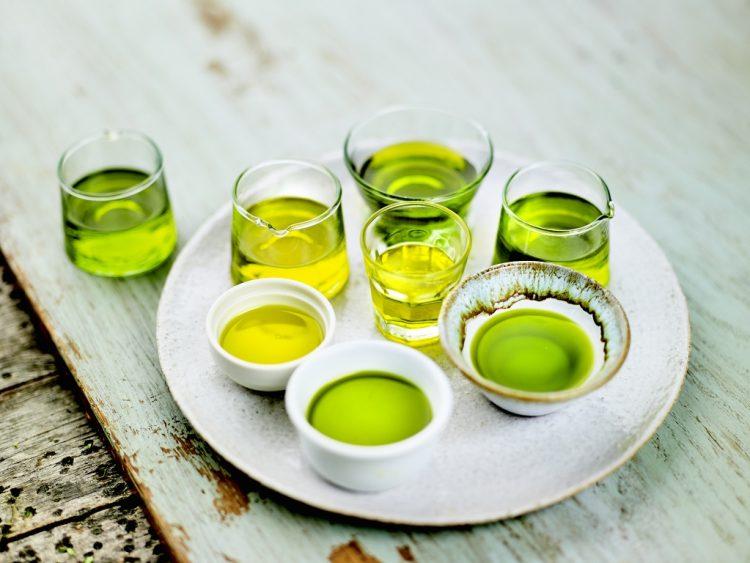 搾りたてのエキストラバージンオリーブオイル。色も風味をどれも全く異なります。